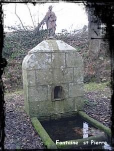 Saint Pierre veille. dans Fontaine pignon- arzano-st-pierre-227x300