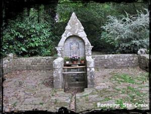 Fontaine du voeu. dans Fontaine de dévotion Ploaré-font-de-Ste-Croix-300x227