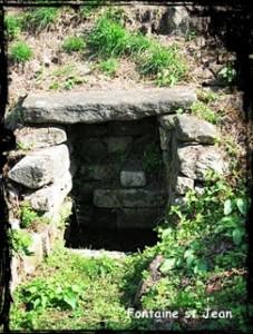 Vieille fontaine. dans Fontaine de dévotion plouhinec-st-jean-kersigneau-227x300