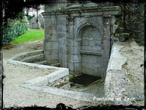 Jean intérieur. dans Fontaine accolée- St-Vougay-font-chap-St-Jean-300x226