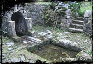 Fontaine de l'Evêque. dans Fontaine avec toit en bâtière- Dirinon-Fontaine-st-Divy-300x207