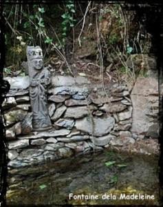 Madeleine isolée. dans Fontaine de dévotion Loperec-font-de-la-Madeleine-237x300