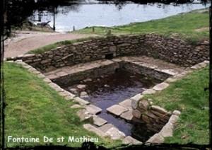 Sur le promontoire. dans Fontaine de guérison Plougonvelin-font-lav-de-st-math-300x212